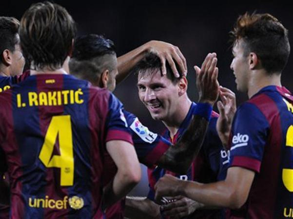 lionel_messi_congratulated_by_his_barcelona_team_mates_Master